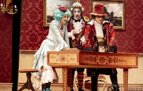 Foto da cena da peça O Barbeiro de Sevilha